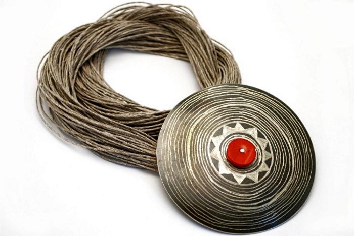 Wisior ze sznurkiem lnianym